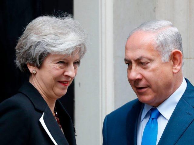 Theresa May flakëron mbi Izraelin, hap një front tjetër me Amerikën e Donald Trump.