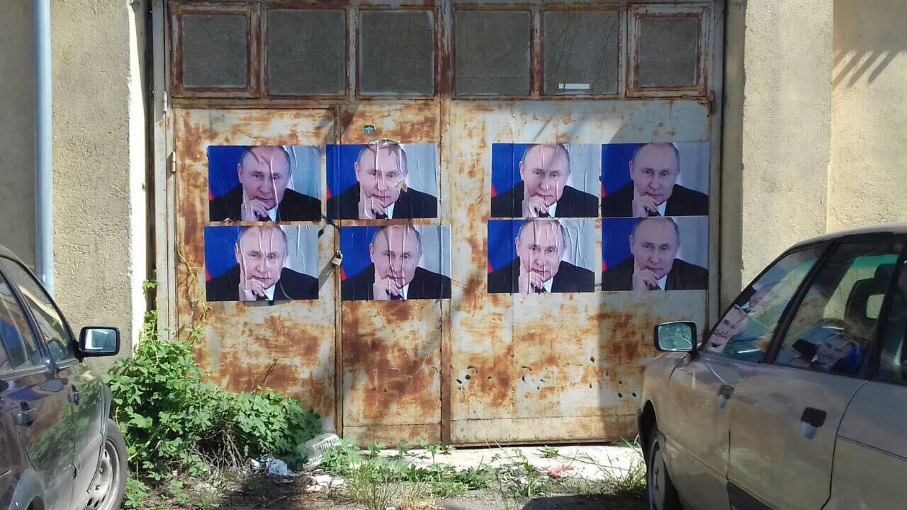 Ironia: Kudo në Mitrovicë flamuj rus dhe foto të Putin me rastin e Ditës së Europës. FOTO